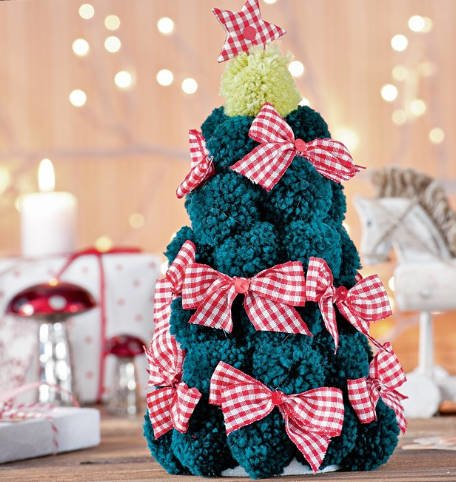 Christmas Trees With Their Hands: Simple and Beautiful