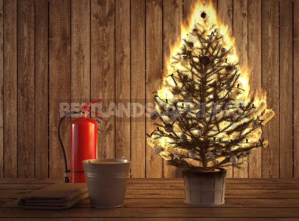 What Are the Dangers of An Artificial Christmas Tree?
